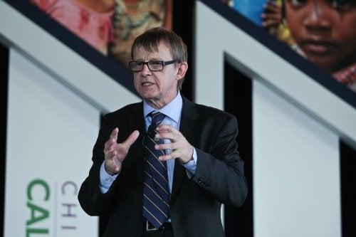 Hans Rosling puhuu yleisölle