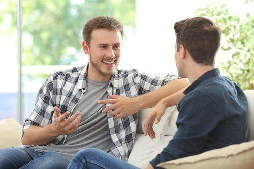 ystävykset juttelevat