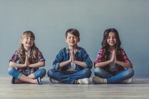 lapset meditoivat