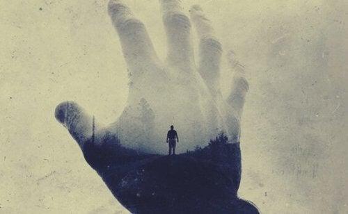 mies ja käsi