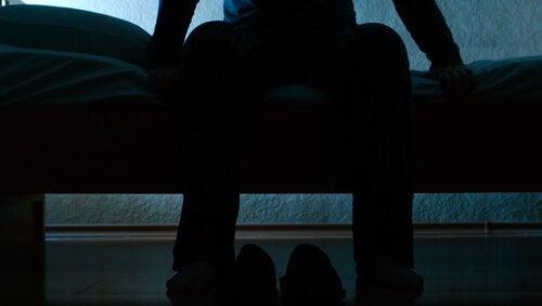 istuu sängyn reunalla