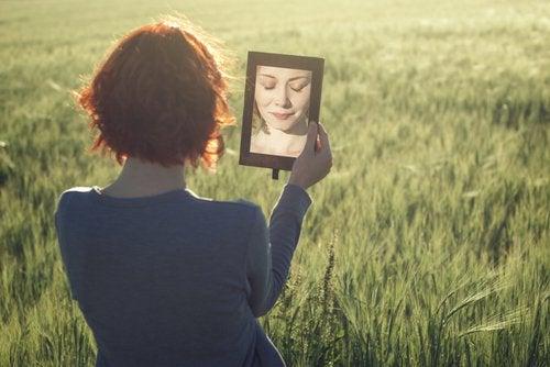 katso itseäsi peilistä