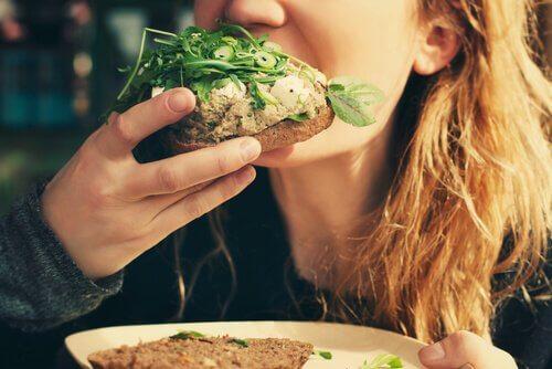tyttö syö voileipää