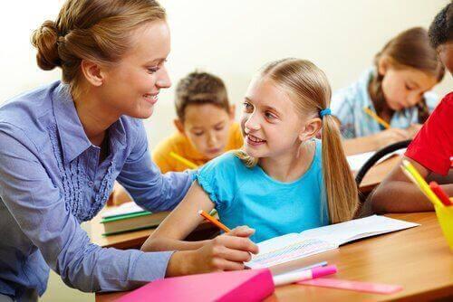 Opettaja auttaa oppilaita ongelman ratkaisun löytämisessä