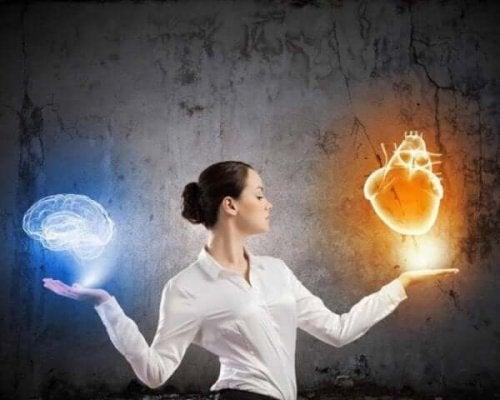 älykäs ihminen punnitsee aivoja ja sydäntä