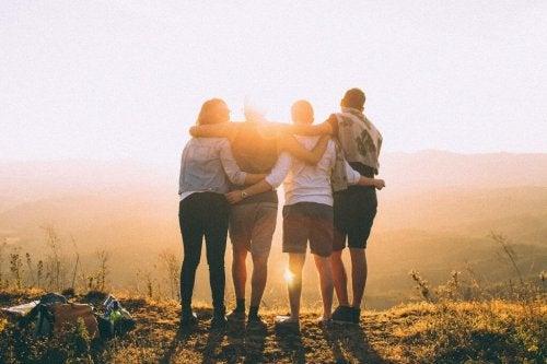 ystävykset luonnossa