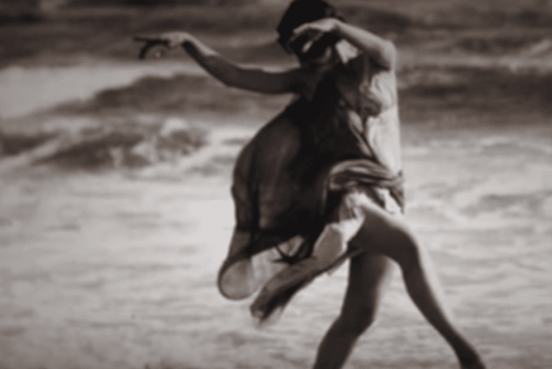 Isadora Duncan kertoo saaneensa inspiraation tanssiin meren aalloista