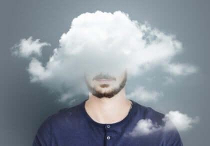 miehen pää pilvessä