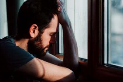 mies kärsii ennakoivasta ahdistuksesta