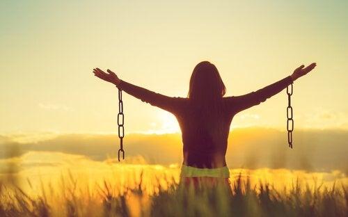 Tekeekö negatiivisten tunteiden hyväksyminen onnellisemmaksi?