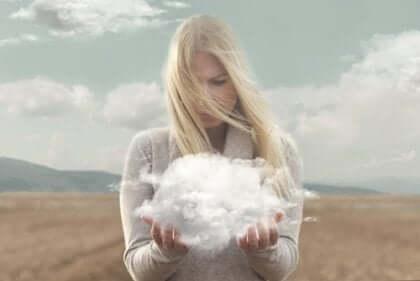 naisella pilvi käsissä
