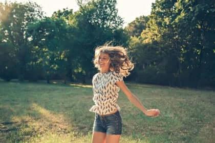 onnellinen nainen hyppää
