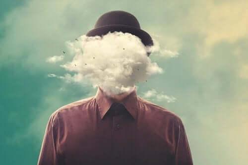 pilvi miehen pään edessä