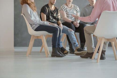 Integratiivinen psykoterapia keskittyy pieniin 5-7 potilaan ryhmiin, jossa potilaan sosiaalisia kykyjä harjoitetaan yksilöllisesti