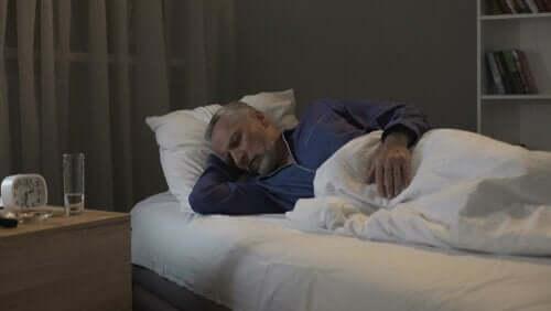 vanha mies nukkuu