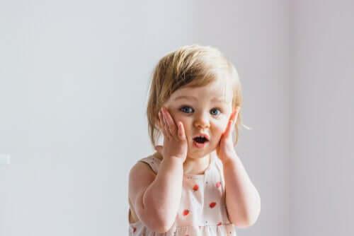 Tapa, jolla lapset tuovat esille tunteitaan vaihtelee paljon heidän aikaisemman repertuaarinsa mukaan