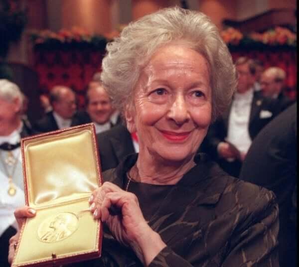Wisława Szymborska vastaanottamassa palkintoa