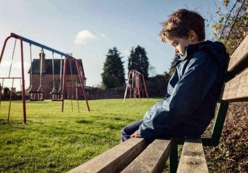 Koulukiusaaminen voi jättää lapseen syviä fyysisiä ja psyykkisiä haavoja, jotka eivät välttämättä parane koskaan