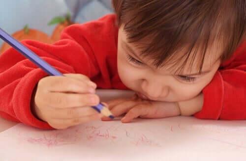 pieni lapsi piirustelee
