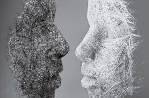 Psykologi Stephen Karpmanin mukaan manipuloivissa ihmissuhteissa on tapana muodostua kolme eksistentiaalista asemaa: uhri, syyttäjä ja pelastaja