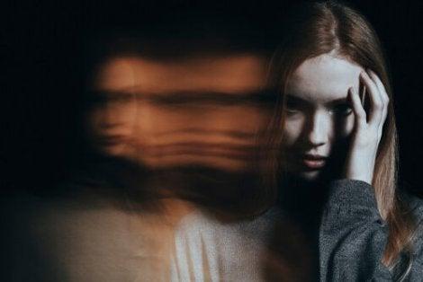 Paranoia saa ihmisen uskomaan, että jokin pahuus kiusaa häntä