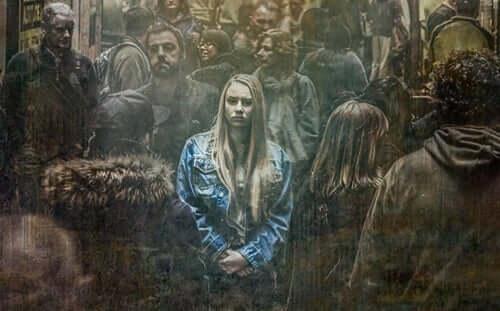 nainen väkijoukossa