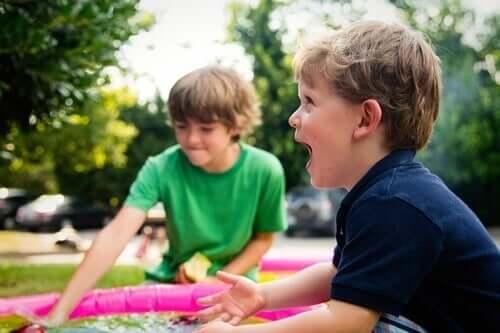 itsevarmat lapset näyttävät tunteensa