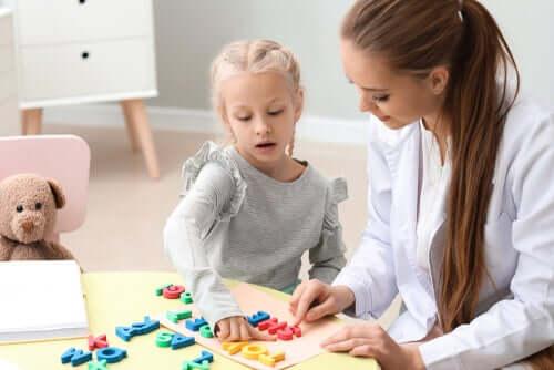 Puhe ja kieli ovat erittäin monimutkainen taito, joka on hankittava ja hiottava lapsuuden aikana