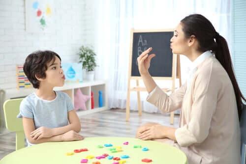 Puheterapeutin ja muiden ammattilaisten panos kielellisten erityisvaikeuksien hallinnassa ja hoidossa on olennaisen tärkeää