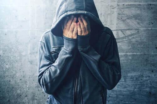 Kanadalaisen psykologin Bruce Alexanderin mukaan riippuvuus on vastaavaan ympäristöön sopeutumista ja muistuttaa häkkiä