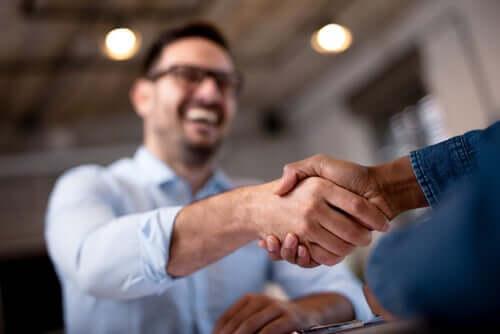 Hikiset kädenpuristukset voivat merkitä hermostuneisuutta tai jännitystä esimerkiksi työhaastattelussa tai muussa ensitapaamisessa