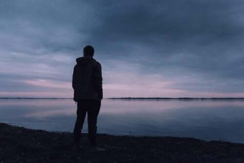 Yksinäinen mies.