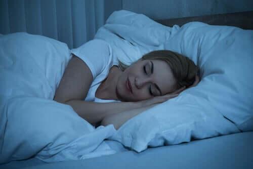 Yöllä lepäämämme aika on se hetki, jolloin aivomme palauttavat käytetyn energian ja käsittelevät päivän aikana saatua tietoa