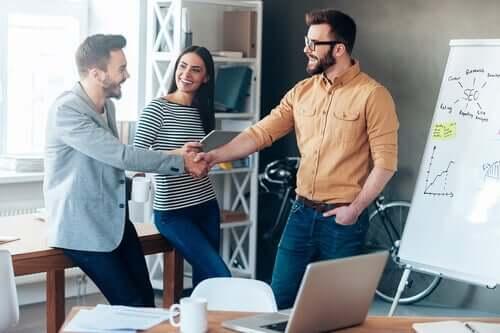 Hyvä työkaveri auttaa ja tukee muita sekä ymmärtää, että tiimityöskentelyssä määränpäänä on päästä yhteisiin tavoitteisiin