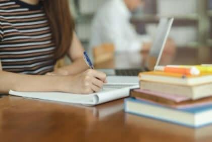 Tyttö tekee läksyjä