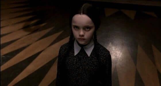 Tyttö Addamsin perheestä.