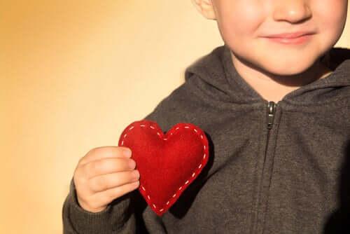 Kiitollisuuden opettaminen lapselle on paljon muutakin kuin totuttu kiitoksen sanominen oikeassa tilanteessa