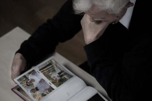 Lääkkeetön dementian hoito voi sisältää valokuvien katselua.