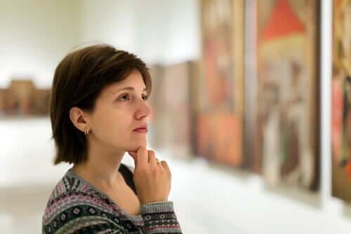 Neuroestetiikka: nainen tarkastelee taidetta.