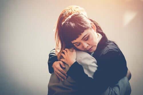 Naiset halaavat.