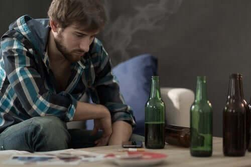Mies polttaa ja juo kaljaa.