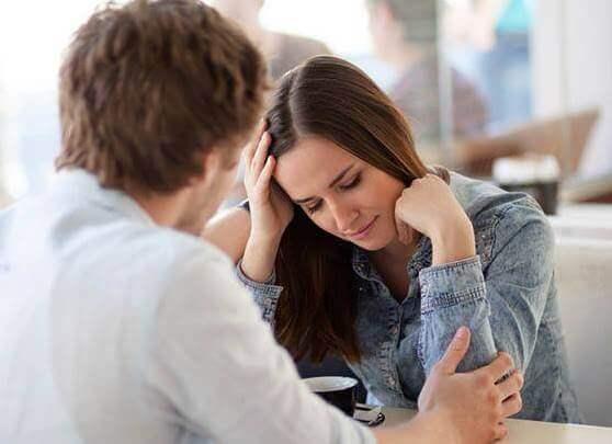 Naisella on ilmiselvä rakastumisen pelko.