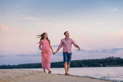 Pariskunta kävelyllä rannalla.