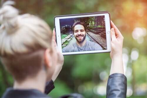 Teknologia on omalta osaltaan helpottanut suunnattomasti kaukosuhteessa elävien pariskuntien arkea