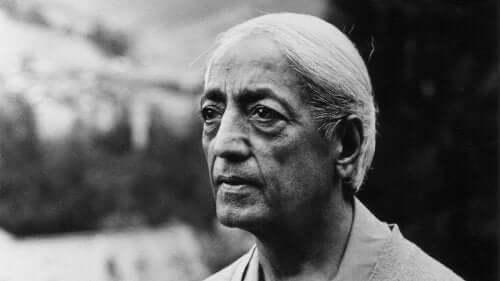 Jiddu Krishnamurti sulki pois uskonnon ja poliittiset ideologiat elämästään