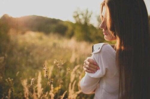 Tapa, jolla kommunikoimme itsemme kanssa, on avaintekijä itsetunnon parantamisessa