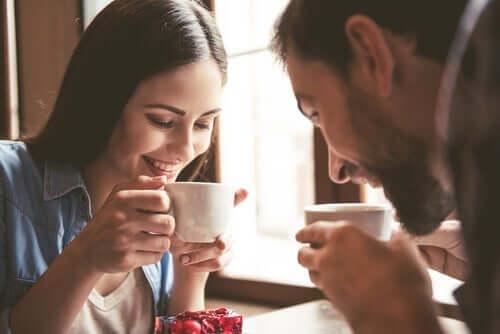 Mies ja nainen nauttivat kahvia yhdessä.