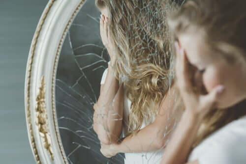 Tyttö ja rikkinäinen peili.