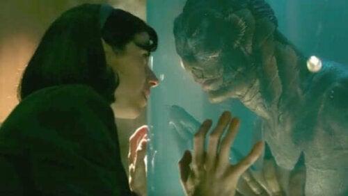 """Ohjaaja Guillermo Del Toro on kertonut useissa haastatteluissa, että elokuvan otsikko """"The Shape of Water"""" viittaa rakkauteen"""