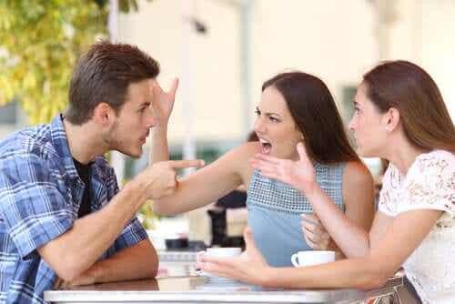 Ihmiset, jotka puhuvat ennen kuin ajattelevat: väärinymmärretty vilpittömyys